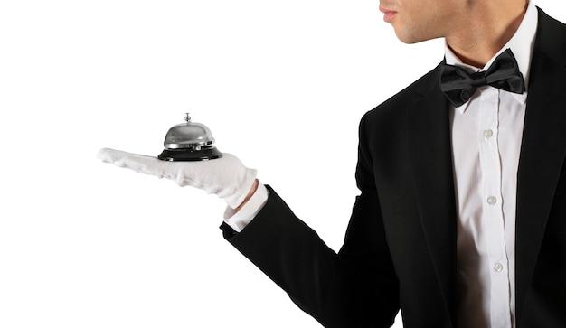 귀하의 비즈니스에서 일류 서비스의 손 개념에 종소리와 함께 웨이터