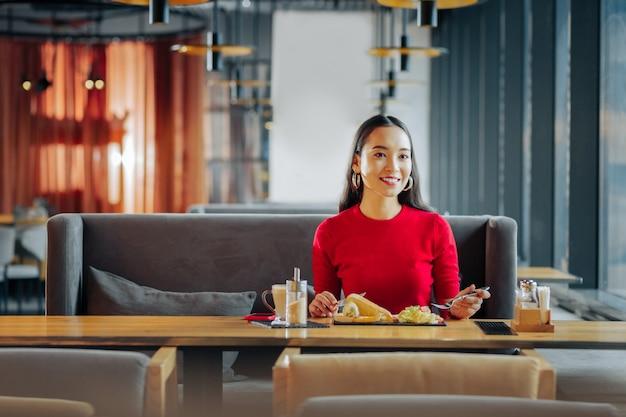 夫を待っているダーキーの妻がレストランで朝食を食べながら夫を待っている