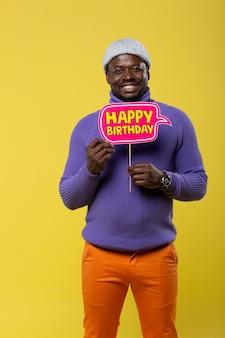 あなたを待っています。誕生日気分で笑顔を保ちながら、浅黒い肌の男性を喜ばせる