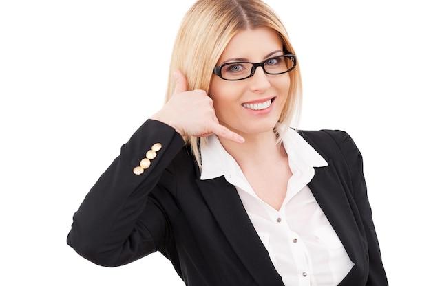 당신의 전화를 기다리고 있습니다! 쾌활 한 성숙한 사업가 전화 기호를 몸짓 하 고 흰색 절연 서 있는 동안 웃 고