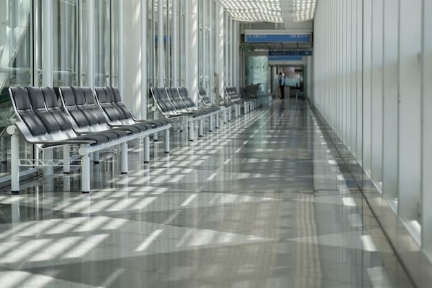 그림자와 함께 공항에서 대기실