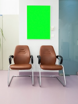 녹색 스크린 보드가 있는 hsopital 홀의 대기실. 준비된 목업