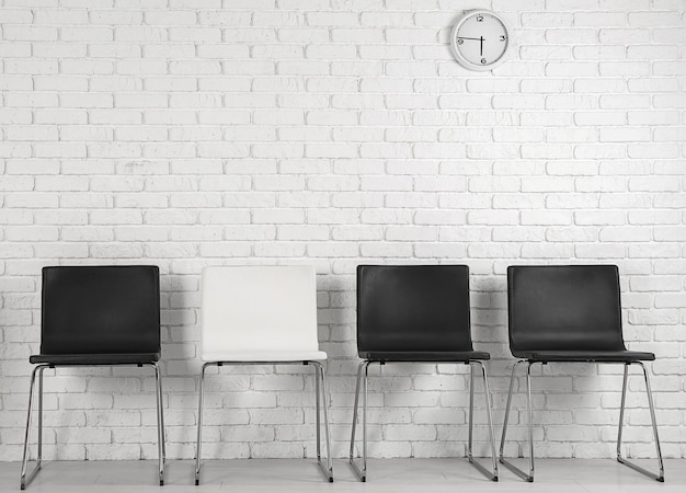 Интерьер зала ожидания с рядом стульев. собеседование