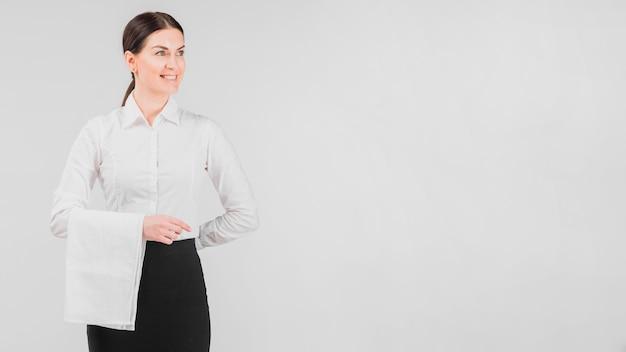 Официантка в униформе улыбается