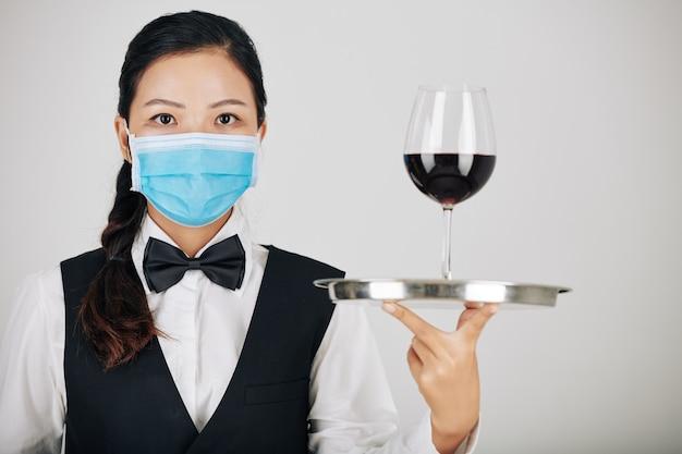 ワインを提供するウェイトレス