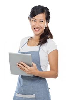 Официантка принимает заказ с помощью планшетного пк
