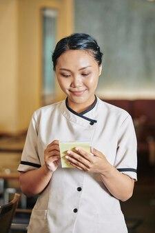 Официантка принимает заказ