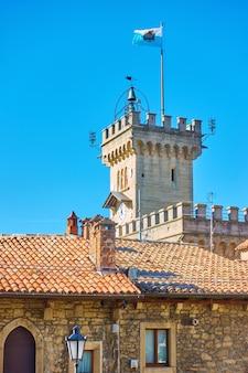 산마리노, 산마리노 시 시청(palazzo pubblico) 타워에 깃발을 흔들다