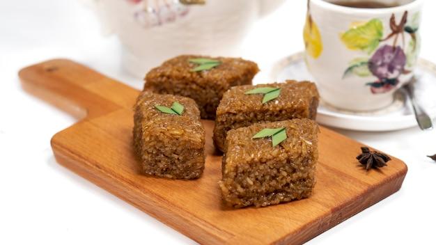 Wajik은 찐 찹쌀에 야자 설탕, 코코넛 밀크, 판단을 넣어 만든 인도네시아식 스낵입니다.