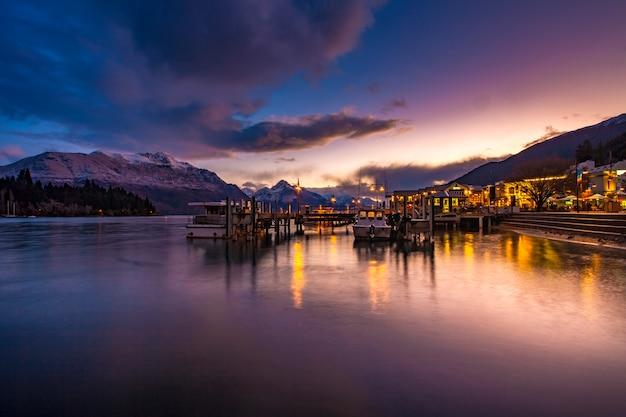 Красивое небо захода солнца порта озера wakatipu южной земли новой зеландии