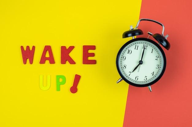 Вид сверху wake up формулировка с классическими часами