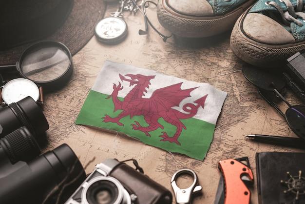 Флаг уэльса между аксессуарами путешественника на старой винтажной карте. концепция туристического направления.
