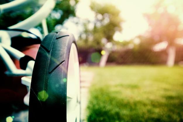 公園をベビーカーで歩く
