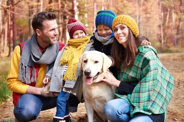 Cammina con la famiglia e il cane nella foresta