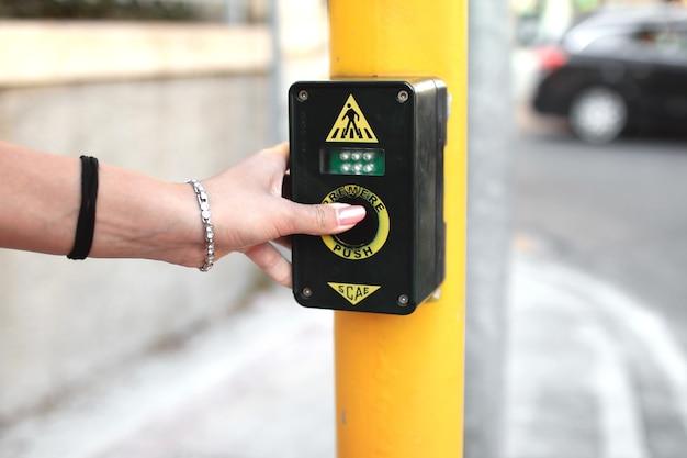 Walker preme il pulsante dei semafori