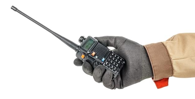 Рация в руке работника в черной защитной перчатке и коричневой форме, изолированной на белом фоне