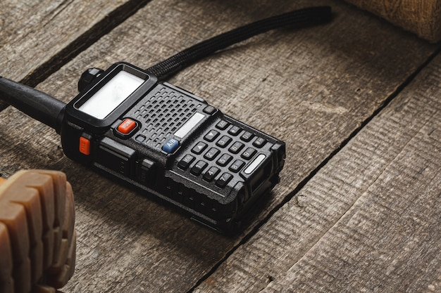 나무 테이블에 무 전기 라디오 설정