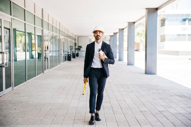 Architetto a piedi con casco