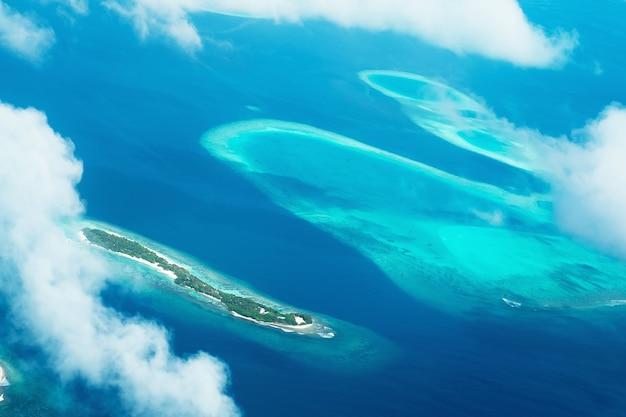 몰디브에 위치한 섬의 전망과 함께 비행기로 걷기