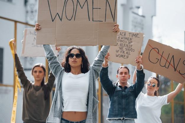 앞으로 걷기. 페미니스트 여성 그룹이 야외에서 자신의 권리를 위해 항의