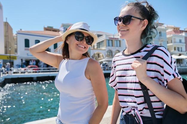 幸せな母親と10代の娘の夏休みを一緒に歩く