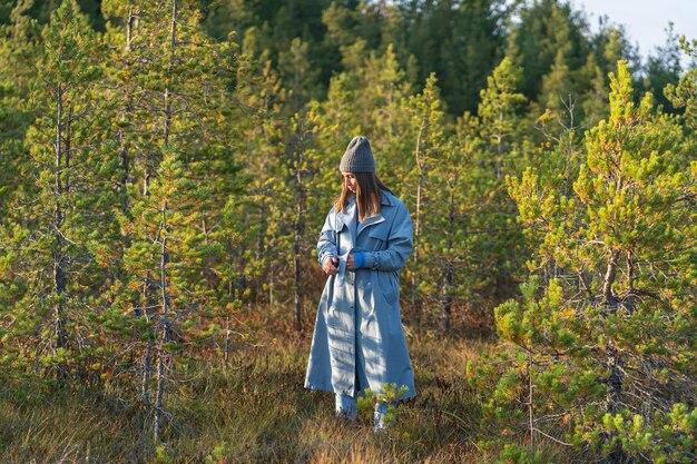 가을 숲에서 산책 숲 속의 어린 소녀는 자연과의 화합 가을 시즌에 따뜻한 하루를 즐깁니다.