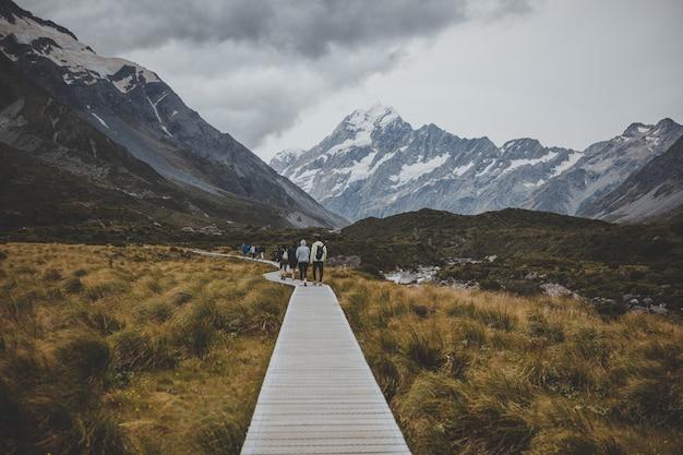 ニュージーランドのマウントクックを望むフッカーバレートラックを歩く