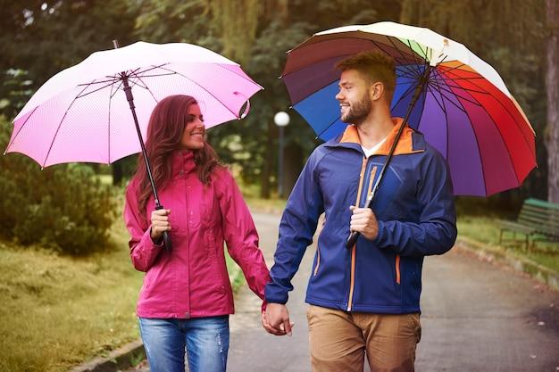 赤ちゃんと一緒に傘の下を雨の中を歩く