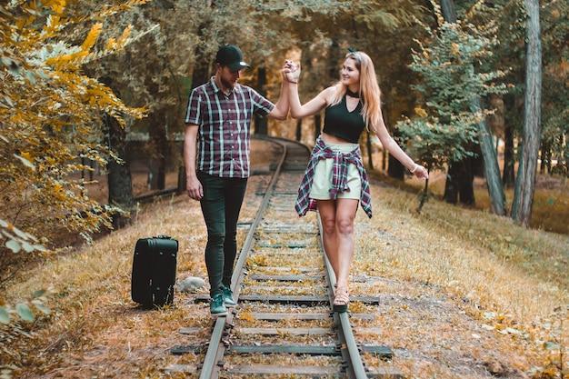 다음 기차를 기다리는 가을 숲의 난간 위를 걷는다