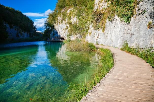 Пешеходная дорожка возле озера в национальном парке плитвицкие озера, хорватия