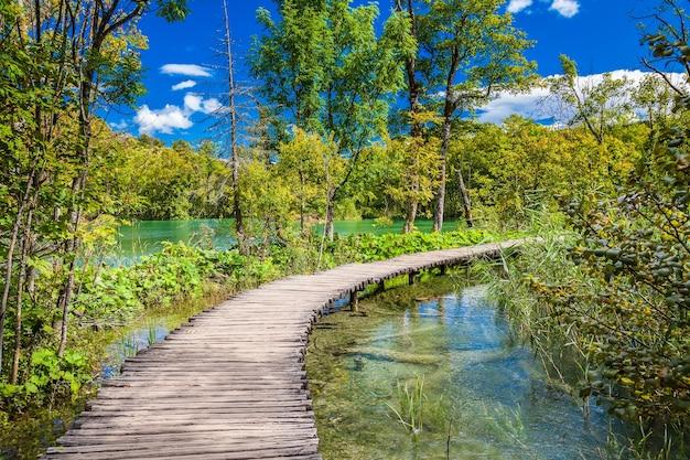 Пешеходная тропа через красивое озеро в национальном парке плитвицкие озера, хорватия