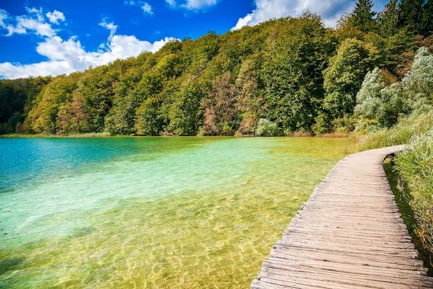 Пешеходная тропа через озеро в национальном парке плитвицкие озера, хорватия