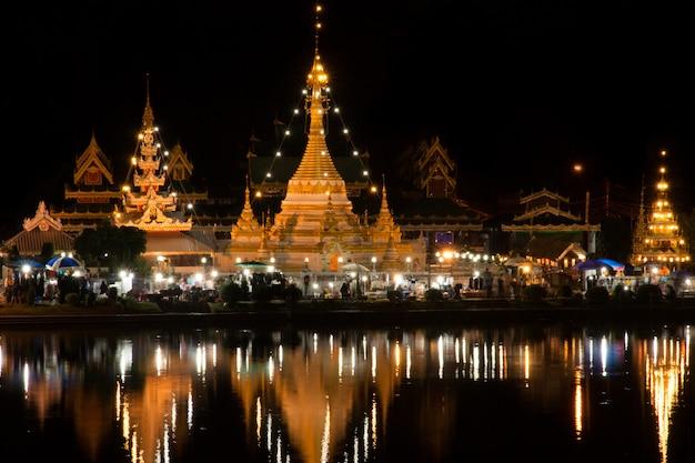 Пешеходная улица в храмах ват джонг кхам и джонг кланг в провинции мае хонг сон, таиланд.