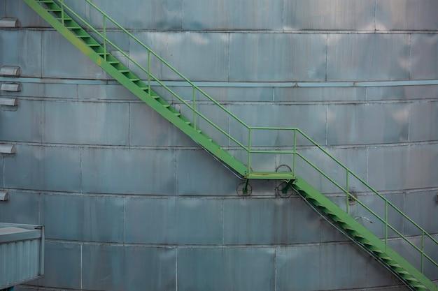 계단을 걷는 녹색 저장 탱크 화학 물질