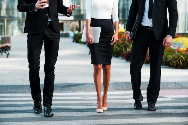 成功への歩み。通りを渡る3人のビジネスマンのトリミングされた画像