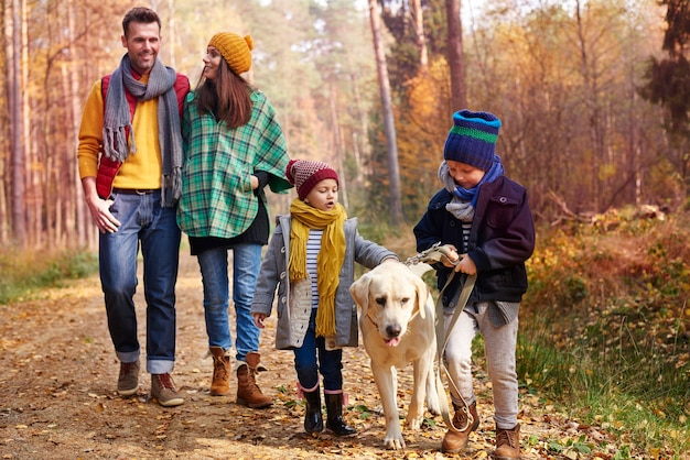 秋の季節に家族みんなで歩く