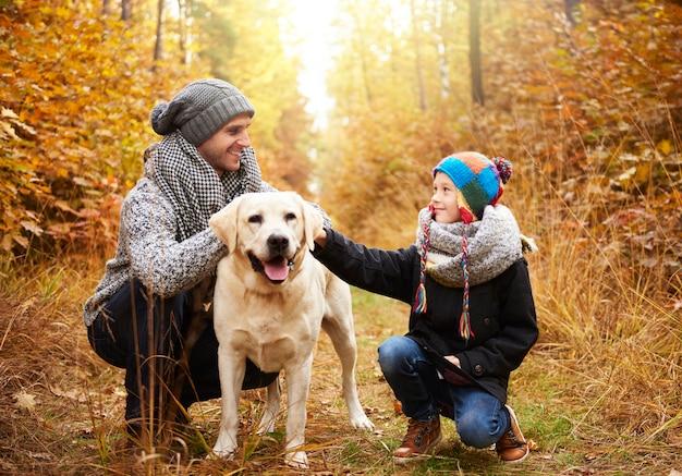 森の中を犬と一緒に歩く