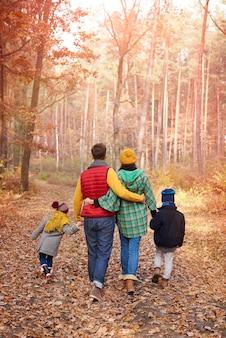秋に家族と一緒に歩く