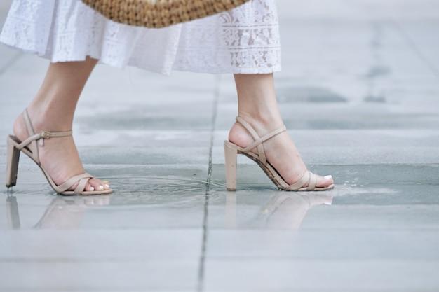 ストラップヒールで歩く女性
