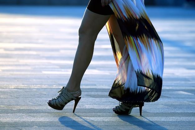 백라이트 햇빛에 걷는 여자 다리