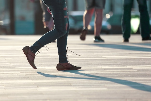 역광 햇빛에 걷는 여성의 다리