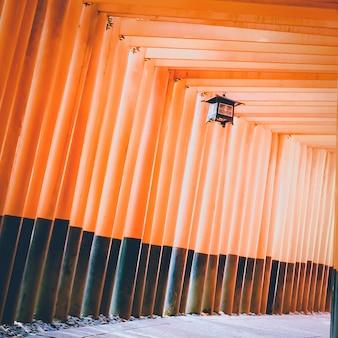 Традиционная японская лампа в walking пути ряд тории ворот в