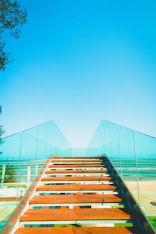 通路と海の海のビューポイントと階段