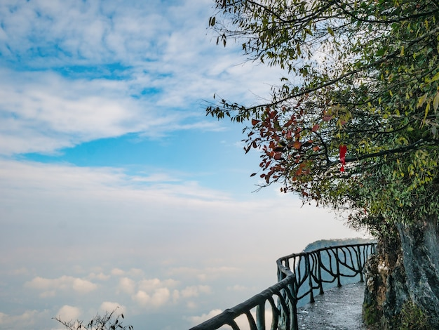 Балкон с пешеходной дорожкой на горе тяньмэнь