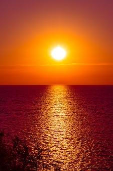 Дорожка в море от солнца на закате, морской пейзаж, летние каникулы и путешествия