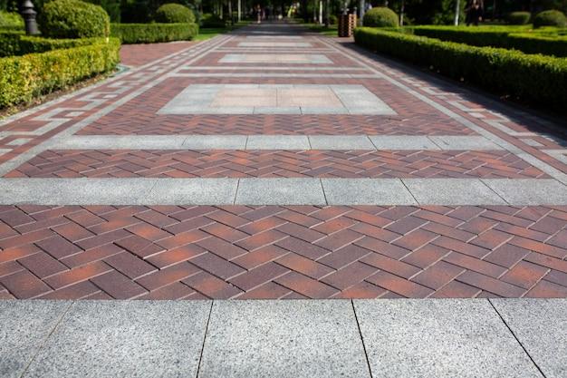 조경 디자인으로 공원에서 아름다운 오래된 세라믹 타일로 만든 산책로