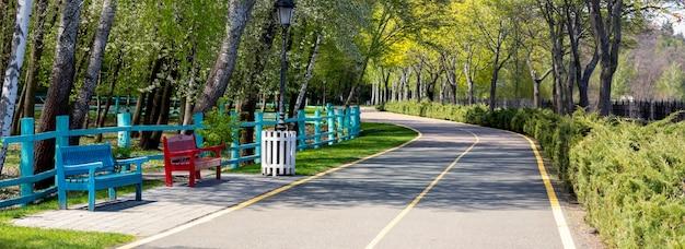 Дорожка по парку, скамейки для отдыха