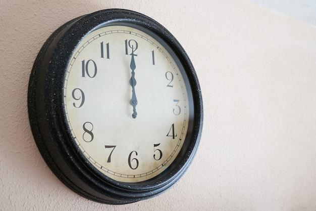 正月12時を刻む掛け時計