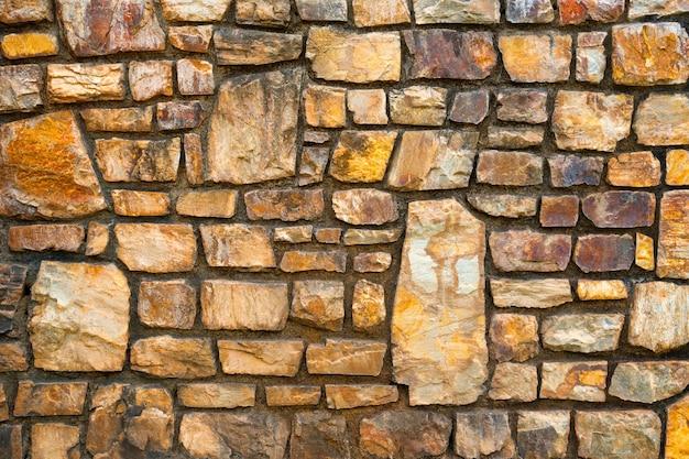 背景の石で飾られた壁。