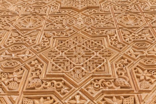 スペイン南部、グラナダのアルハンブラユネスコ世界遺産の壁の詳細。 600歳のアラビア文字。
